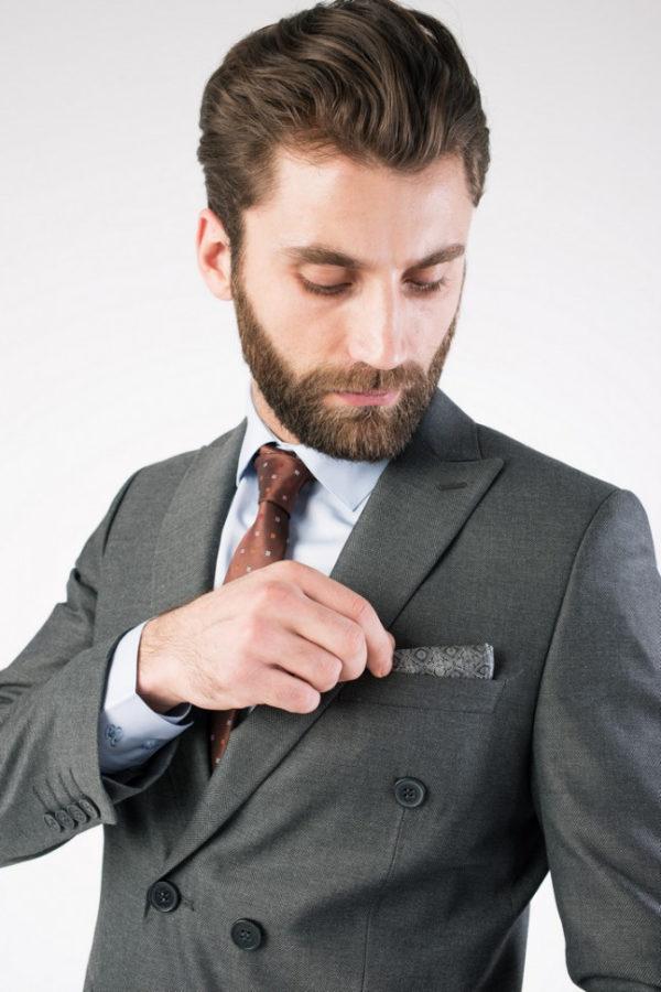 Мужской костюм двубортный серый.
