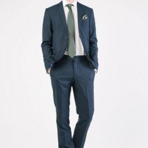 Мужской темно-синий костюм.