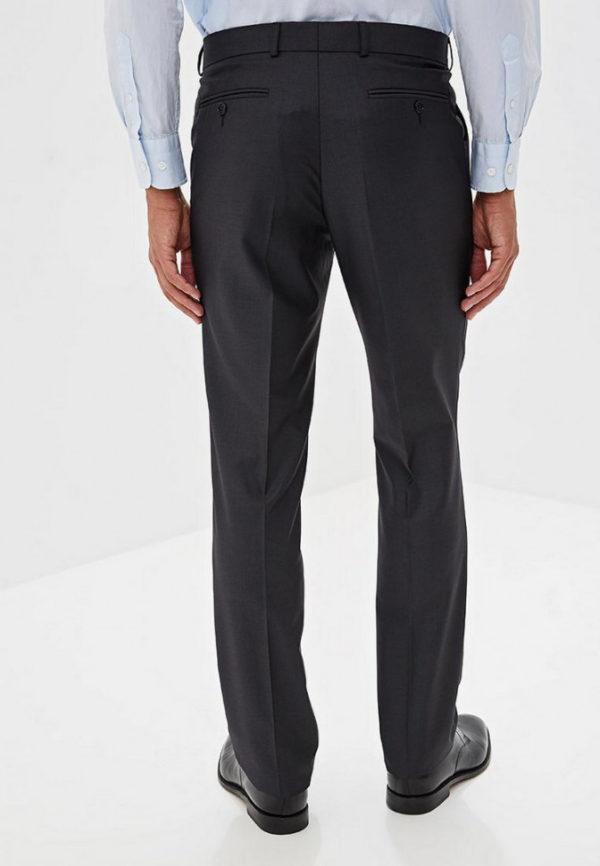 Серый мужской костюм.