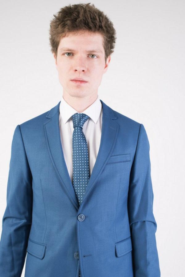 Синий мужской костюм.