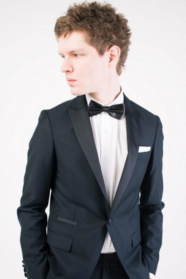 Мужской костюм черный классический.