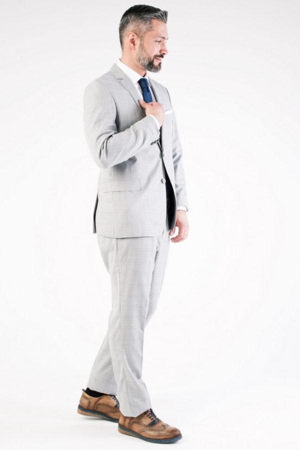 Мужской костюм серый в клетку.